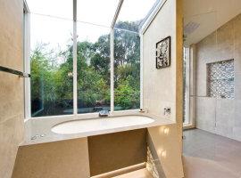 дизайн большой ванной комнаты с окном