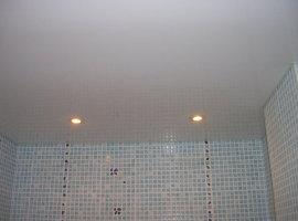 натяжной потолок для ванной комнаты фото