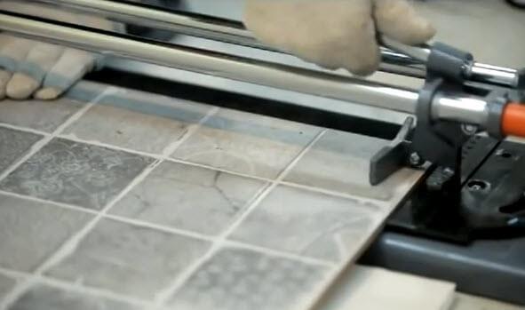Резка плитки на плиткорезе