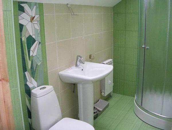 Дизайн ванной с душевой кабиной и унитазом