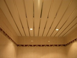 Реечный зеркальный потолок в ванной фото