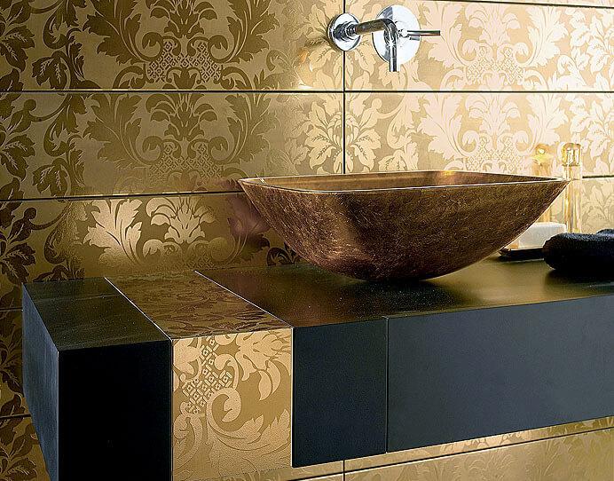 Дизайн ванной комнаты с обоями и плиткой фото дизайн 17