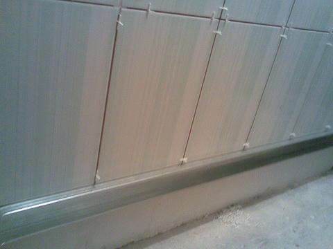 прикручиваем профиль для укладки плитки со второго ряда
