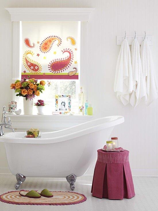 Сидячая ванна в ванной комнате