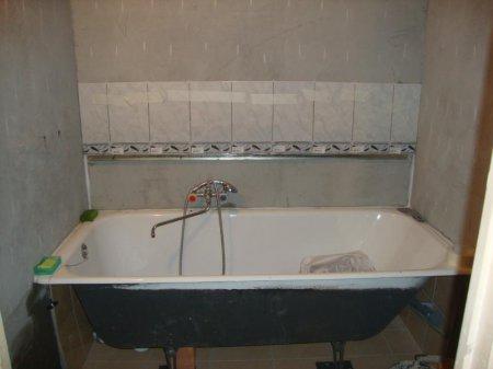 Установленная чугунная ванна