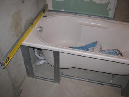 Вывод ванной по уровню и начало отделочных работ Источник: http://remontset.ru/vannaya/kak-ustanovit-vannu-svoimi-rukami.html © REMONTSET.RU