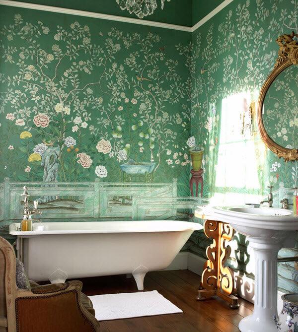 Зеленая ванная с росписью на стенах