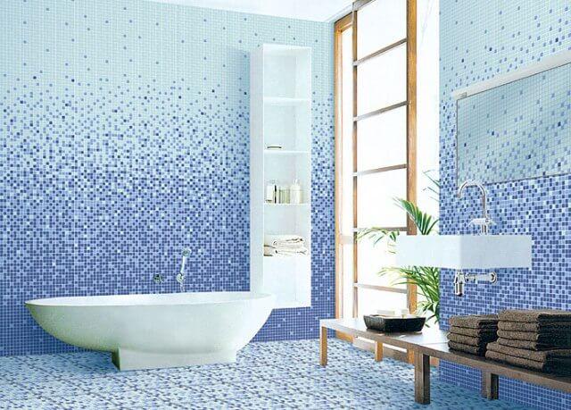 Ванна отделана мозаичным миксом