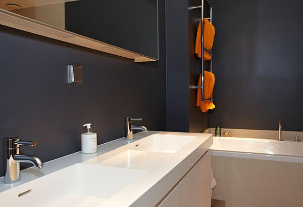 Ванная комната окрашена в темный цвет