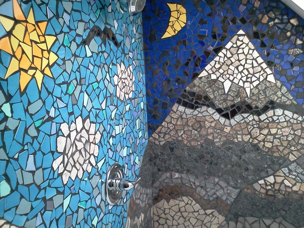 Мозаичный узор на стенах ванной из кусочков керамической плитки