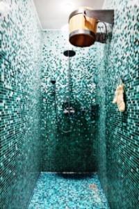 Ванная комната украшена мозаикой