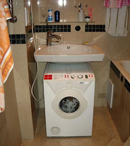 Стиральные машины помещаются под раковину в ванной комнате