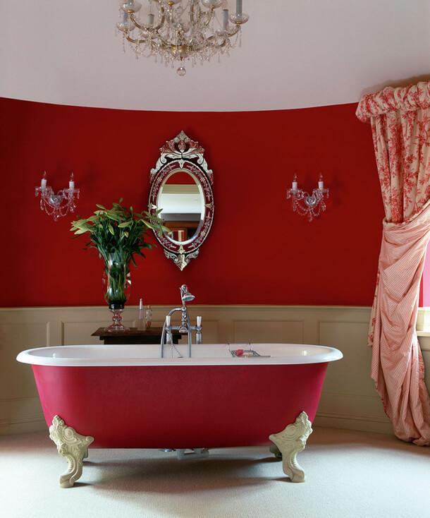 Красная ванная комната в классическом стиле