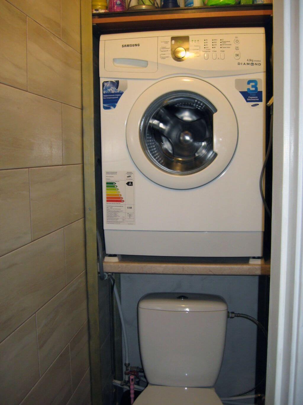 Если конструкция ванной комнаты не позволяет установить стиральную машину под раковиной, то её всегда можно закрепить над