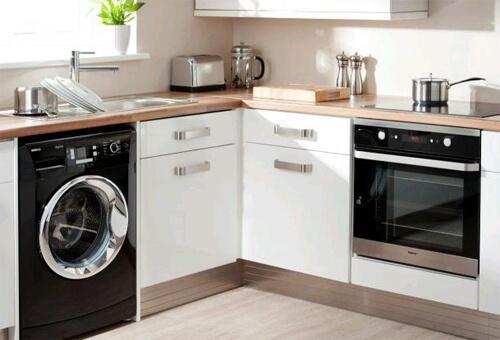 На практике разместить стиральную машинку в ванной удается не всегда — слишком мало места. Поэтому стиральная машина на кухне — не редкость: