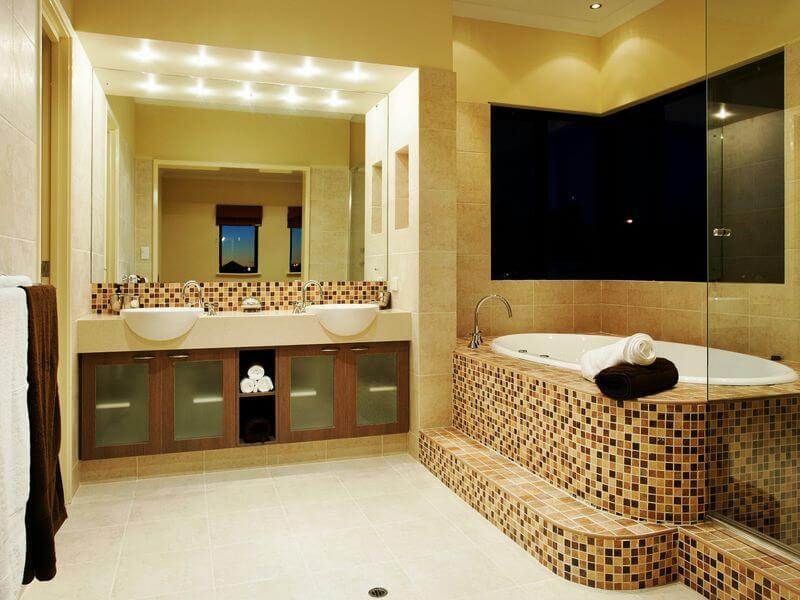 Ванная комната в светлых тонах с мозайкой